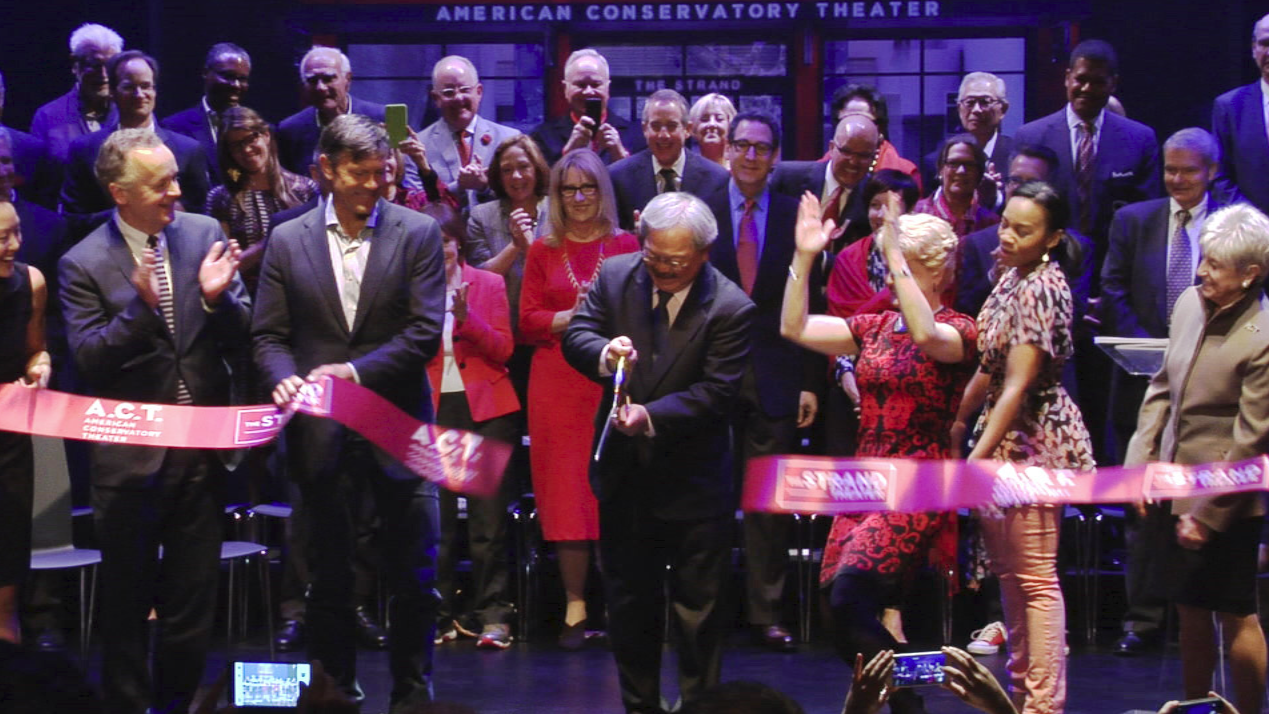 mayor lee cuts ribbon at the strand02